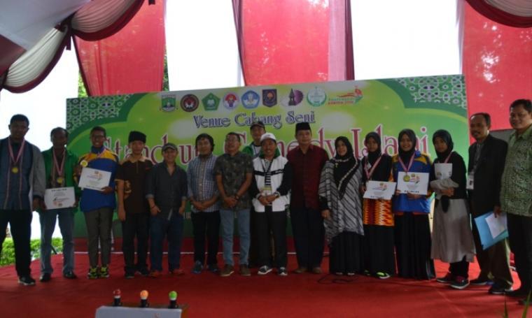 Kontingen Jawa Barat dan Kalimantan Timur saat menerima penghargaan ajang Pospenas dalam cabang Stand Up Comedy Islami. (Foto: TitikNOL)