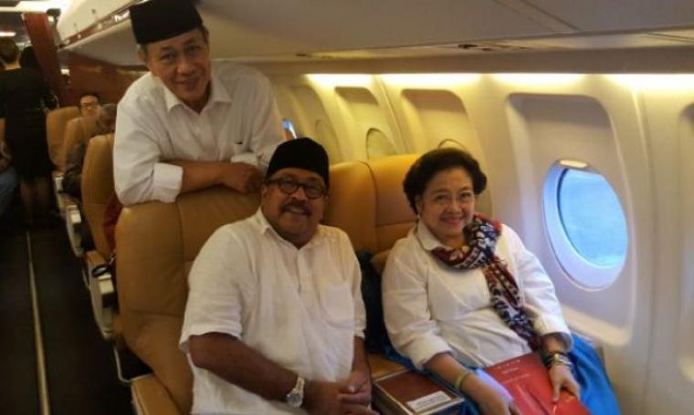 Pasangan Cagub dan Cawagub Rano-Mulya saat berfoto bersama Ketua Umum PDIP Megawati Soekarno Putri di dalam pesawat. (Foto: TitikNOL)