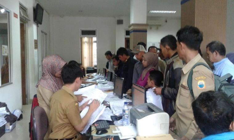 Warga Lebak membludak memenuhi ruang pelayanan pembuatan KTP di Kantor Disdukcapil Lebak. (Foto: TitikNOL)