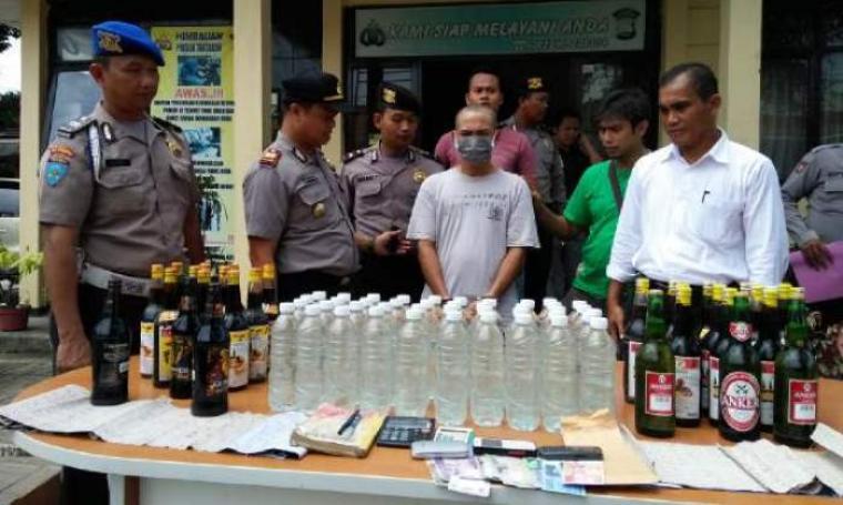 Sejumlah minuman keras yang berhasil diamankan dari hasil razia pekat yang digelar Polsek Taktakan di lingkungan Legok, Taktakan, Kota Serang. (Foto: TitikNOL)