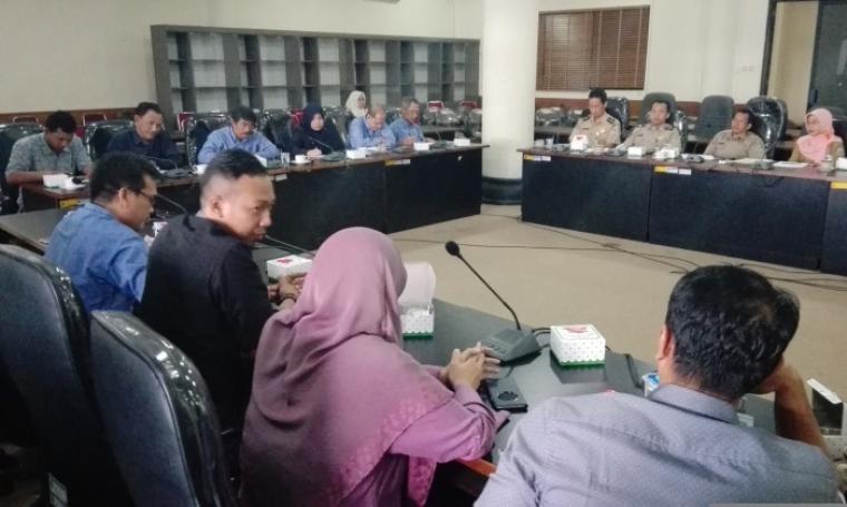 Suasana Hearing Komisi II bersama manajemen PT Krakatau Steel dan Disnaker Kota Cilegon di ruang rapat DPRD Kota Cilegon. (Foto: TitikNOL)