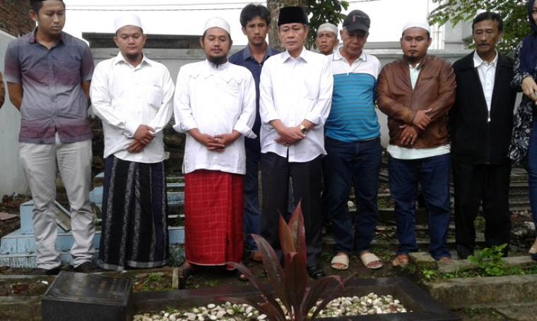 Calon wakil Gubernur Banten Embay Mulya Syarif saat melakukan ziarah ke makam Uwes Qorny, di komplek pemakaman Pasir Kaum Rangkasbitung, Selasa (4/10/2016). (Foto: TitikNOL)