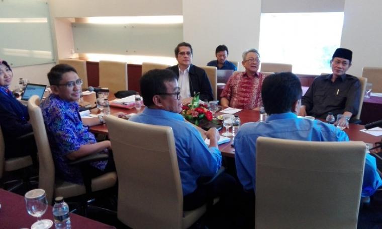 Suasana pertemuan Embay Mulya Syarif saat menggelar pertemuan dengan manajemen PT KIEC di ruang meeting room Diamon Hotel The Royale Krakatau, Kamis (20/10/2016). (Foto: TitikNOL)