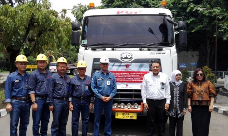 Dirut PT Krakatau Steel, Sukandar bersama perwakilan PLN, kementerian perindustrian dan perwakilan pabrikan tower nasional saat pengiriman perdana besi siku di PT Krakatau Wajatama. (Foto: TitikNOL)