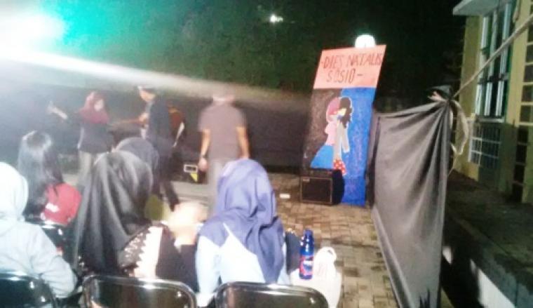 Sejumlah mahasiswa saat menunggu dimulainya pementasan teater berjudul 'Kejahatan Dinasti', dalam gelaran Milad ke-2 Pendidikan Sosiologi Untirta. (Foto:Ist)