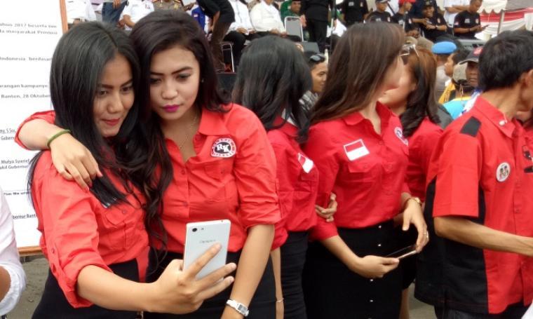 Para relawan cantik saat menghiasi Kampanye Damai yang digelar oleh KPU Banten di KP3B. (Foto: TitikNOL)