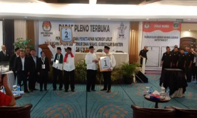 Kedua pasangan calon Gubernur dan Wakil Gubernur Banten saat memperlihatkan nomor masing-masing usai melakukan pengundian nomor urut. (Foto: TitikNOL)