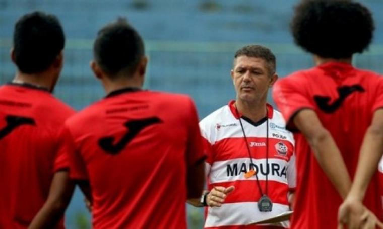 Pelatih Madura United, Gomes de Oliveira. (Dok juara)