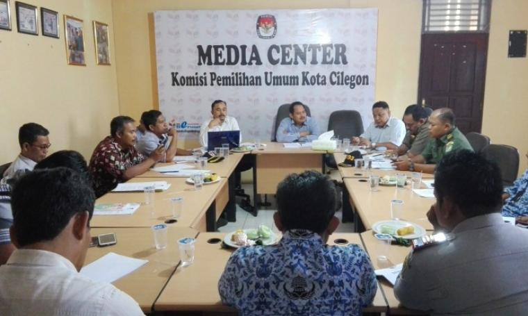 Suasana rapat koordinasi penentuan dan penempatan alat praga kampanye dan lokasi kampanye di ruang Media Center KPU Kota Cilegon. (Foto: TitikNOL)