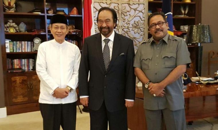 Pasangan calon Gubernur dan Wakil Gubernur Banten, Rano-Embay dan Ketua Umum Partai NasDem Surya Paloh saat berfoto bersama. (Foto: TitikNOL)