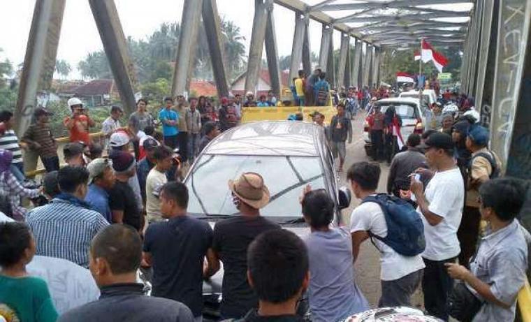 Ratusan warga di Bayah, saat melakukan aksi blokir akses jalan menuju Pelabuhan Ratu, Jawa Barat, beberapa waktu lalu. (Dok:detik)