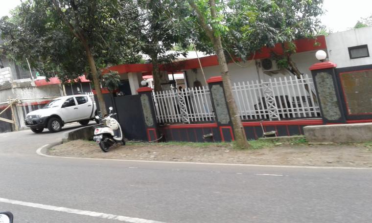 Kondisi kediaman Ketua Kadin Banten Mulyadi Jayabaya bersih dari spanduk-spanduk yang diketahui sebelumnya terpampang spanduk dari pasangan calon Wahidin Halim (WH) - Andika Hazrumy. (Foto: TitikNOL)