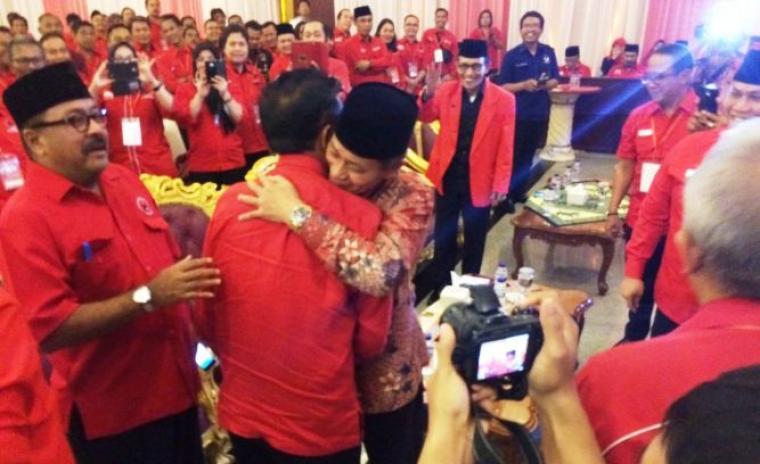 Calon Gubernur Banten Rano Karno, menyaksikan Embay Mulya Syarif yang berpelukan dengan Mulyadi Jayabaya, di acara Rakerdasus PDIP di Tangerang. (Foto:red)