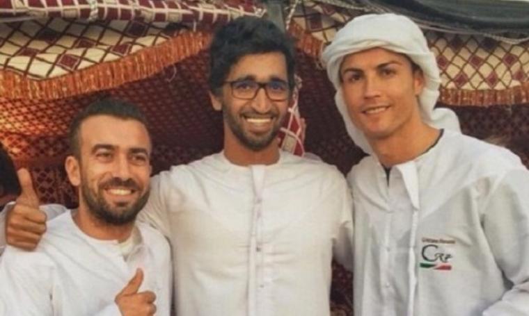 Cristiano Ronaldo saat mengenakan pakaian ala Timur Tengah. (Dok: chmviews)