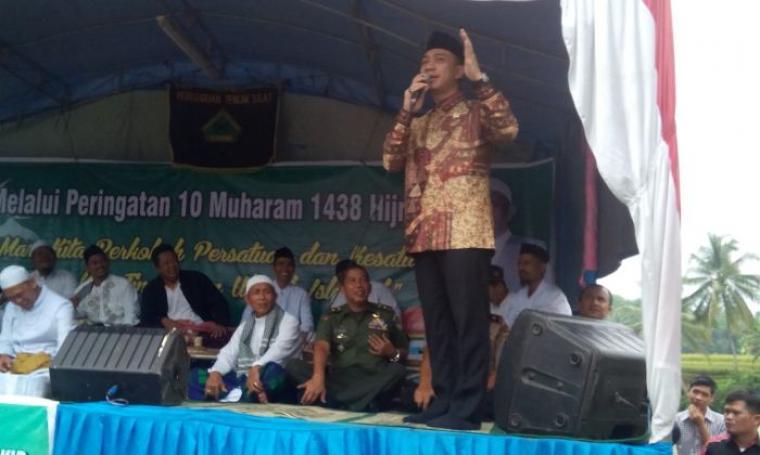 Hasbi Asyidiqi Jayabaya saat memberikan sambutan acara 10 Muharam 1438 Hijriah di lapangan Kampung Somang, Desa Sukarame, Kecamatan Sajira, Kabupaten Lebak, Rabu (12/10/2016). (Foto: TitikNOL)