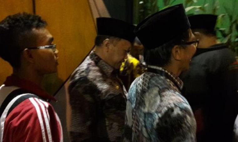 Wakil Wali Kota Cilegon, Edi Ariadi saat tertahan di pintu masuk Stadion Maulana Yusuf, Ciceri, Kota Serang.. (Foto: TitikNOL)