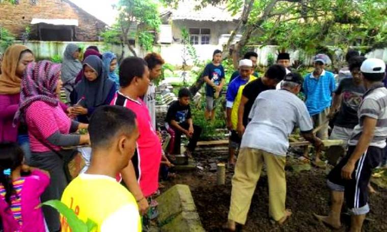 Sejumlah kerabat saat menyaksikan proses penguburan Ika Kartika (22) gadis penderita tumor ganas di TPU Desa setempat. (Foto: TitikNOL)