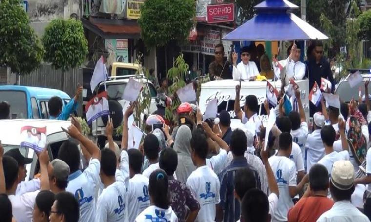 Para pendukung WH-Andika nampak berebut menghampiri untuk bersalaman saat kedua paslon melintasi kerumunan warga. (Foto: TitikNOL)