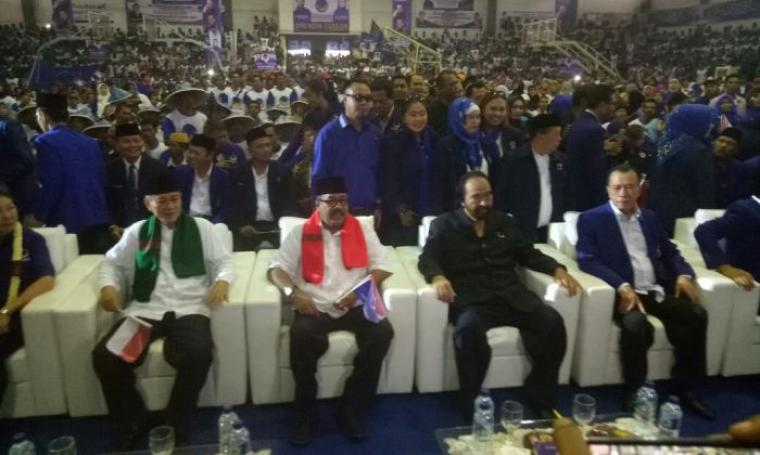 Pasangan Cagub dan Cawagub Banten Rano-Embay bersama Ketua Umum Partai NasDem Surya Paloh saat di acara Pelantikan Pengurus Ranting Partai NasDem se Provinsi Banten. (Foto: TitikNOL)