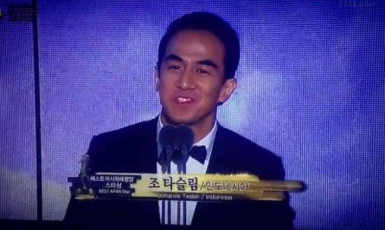 Joe Taslim saat meraih penghargaan Best APAN Star Award 2016 di Korea. (Dok: instagram)