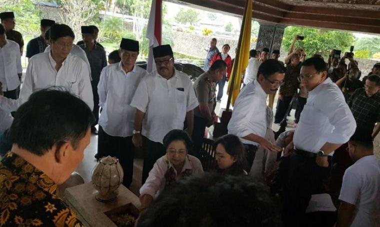 Rano Karno dan Embay Mulya Syarif bersama Ketua Umum PDIP Megawati Soekarnoputri, saat nyekar di makam Soekarno di Blitar. (Foto: TitikNOL)