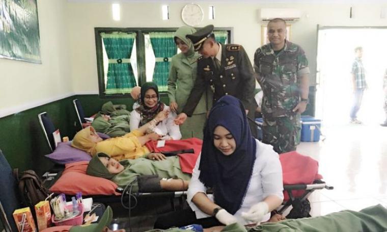 Dandim 0623 Cilegon Letkol Inf Aulia Dwi Nasrullah saat memantau langsung donor darah di Mako Kodim. (Foto: TitikNOL)
