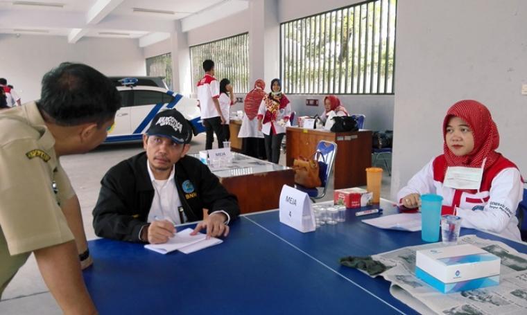 Kepala BNN Kota Cilegon AKBP Sofyan Girsang saat memimpin langsung proses tes urine yang dilakukan di kantor Dishub Kota Cilegon. (Foto: TitikNOL)