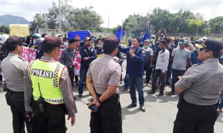 Karang Taruna Samangraya terlihat sedang berunjuk rasa di depan pintu gerbang PT Krakatau Posco. (Foto: TitikNOL)