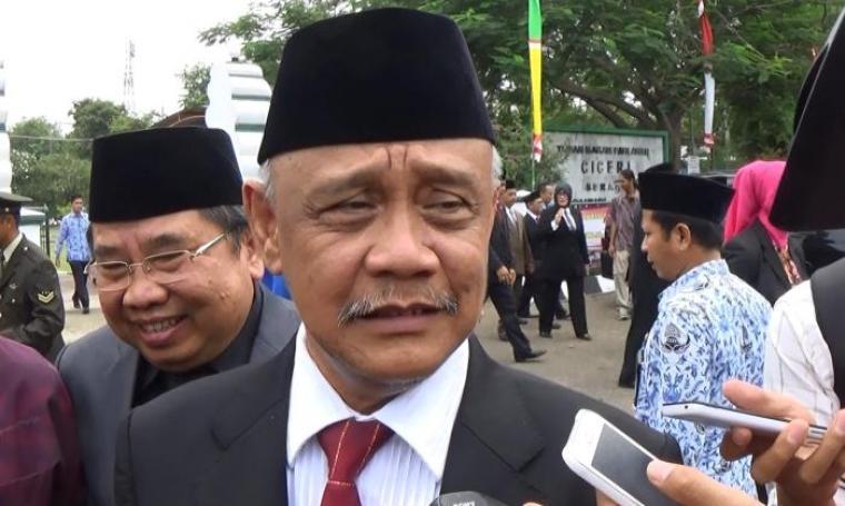 Plt Gubernur Banten Nata Irawan saat memberi keterangan kepada awak media usai melakukan tabur bunga di Taman Makam Pahlawan (TMP) Ciceri, Kota Serang, Kamis (10/11/2016). (Foto: TitikNOL)