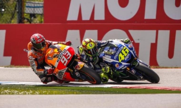 Marc Marquez dan Valentino Rossi saat bersaing di lintasan. (Dok: zonabmr)