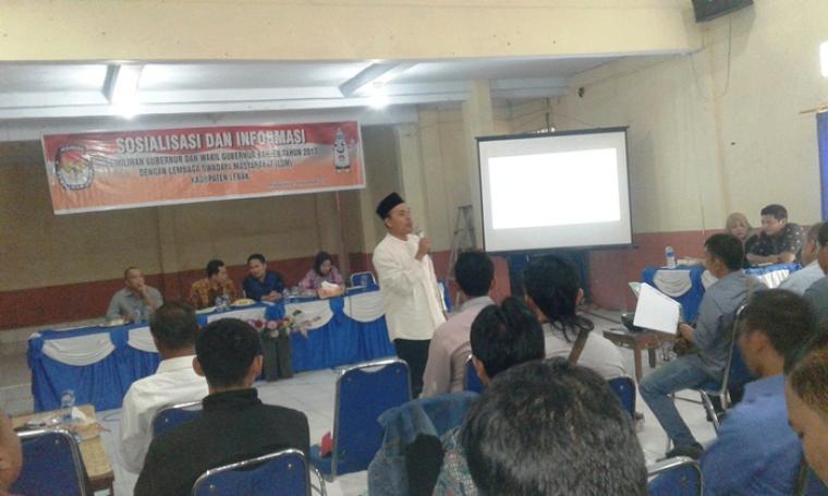 Didi M Sudih, Komisioner KPU Banten tengah memberikan materi soaialisaai dan informaai Pilgub Banten kepada puluhan pengurus dan anggota LSM di Lebak. (Foto: TitikNOL)