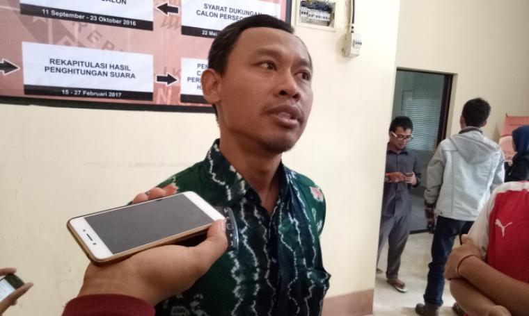 Ketua Bawaslu Banten, Pramono U Tantowi saat memberikan keterangan kepada wartawan di Kantor Bawaslu, Kelapa Dua, Kota Serang. (Foto: TitikNOL)