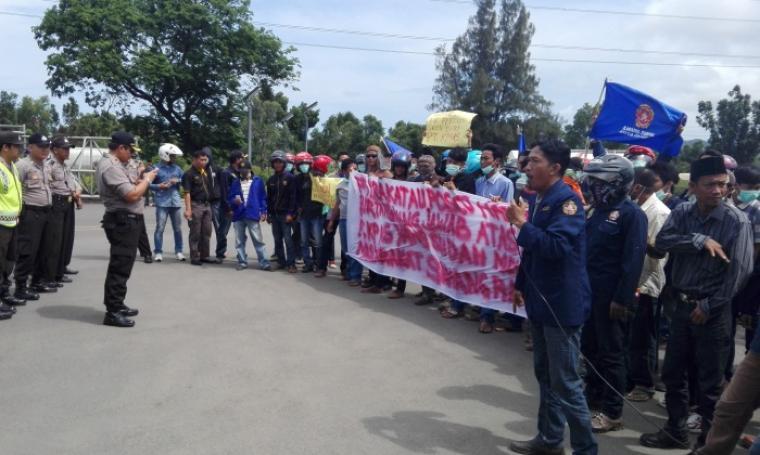 Aksi unjuk rasa dari Karang Taruna Kelurahan Samangraya di depan gerbang PT Krakatau Posco. (Foto: TitikNOL)