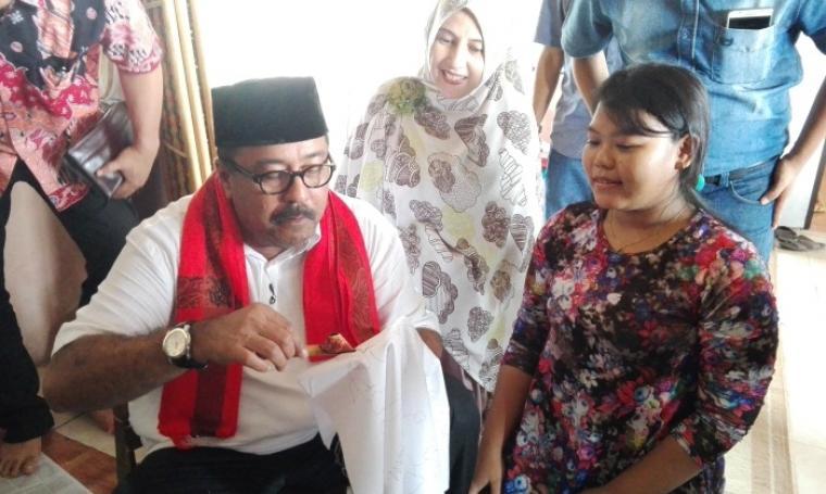 Calon Gubernur Banten Rano Karno saat belajar mencanting batik di sanggar Batik Krakatoa. (Foto: TitikNOL)