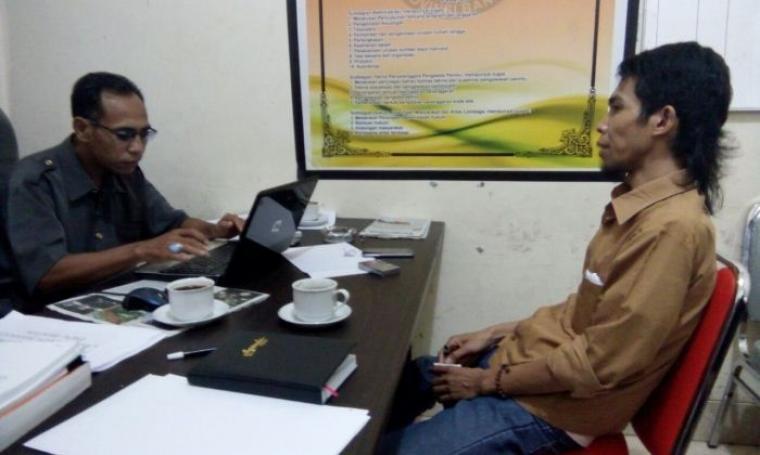 Warga Lebak Qoribudin saat melaporkan pasangan WH-Andika terkait branding yang tertera di kendaraan roda empat dan dugaan pelanggaran ASN Pemkab Lebak ke Bawaslu Banten. (Foto: TitikNOL)