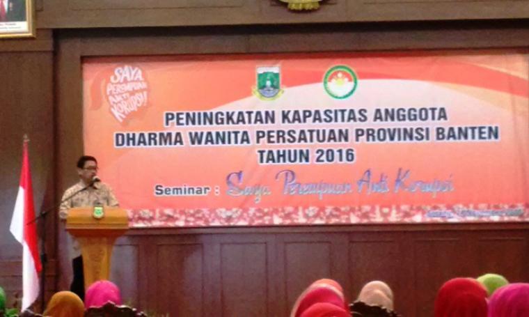 Sekda Banten Ranta Soeharta saat memberikan sambutan pembukaan seminar Dharma Wanita Persatuan Provinsi Banten di Pendopo Gubernur, KP3B, Kota Serang, Kamis (24/11/2016). (Foto: TitikNOL)