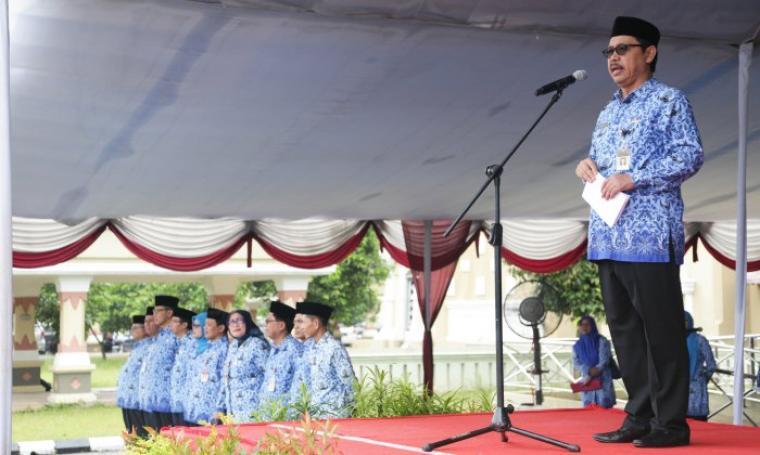 Sekda Banten Ranta Suharta menjadi inspektur upacara dalam peringatan HUT ke-45 tahun Korpri di lapangan Mesjid Raya Al-Bantani KP3B, Kota Serang, Selasa (29/11/2016). (Foto: TitikNOL)