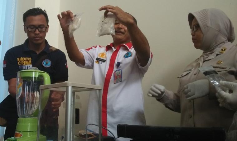 BBN Provinsi Banten saat memusnahkan narkotika jenis sabu dengan cara di blender. (Foto: TitikNOL)
