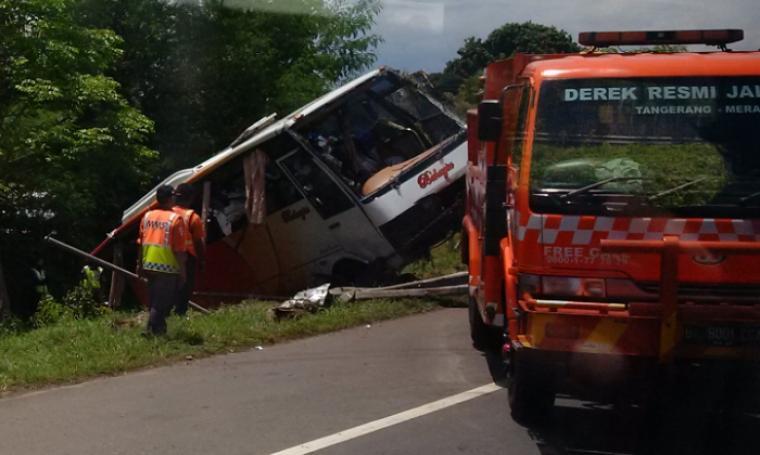 Petugas MMS tengah mengevakuasi bus PO Bahagia beberapa jam setelah kecelakaan, di KM 60 tak jauh dari gerbang pintu tol Ciujung. (Foto: TitikNOL)