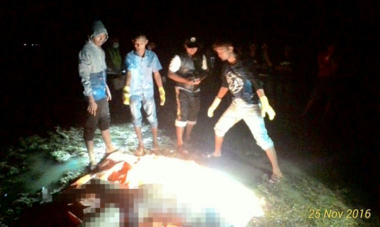 Anggota Polsek Wanasalam dibantu warga saat mengevakuasi jasad korban. (Foto: Ist)