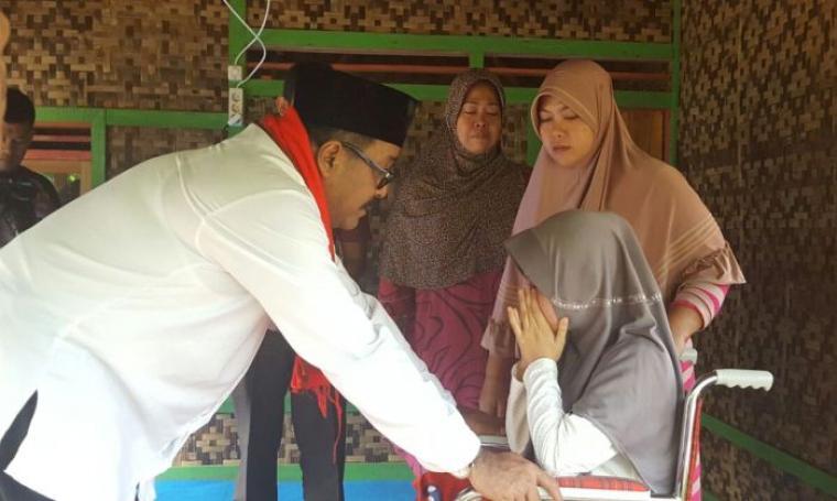 Calon Gubernur Banten Petahana Rano Karno saat mengunjungi Siti Fadilah, gadis korban tabrak lari asal Kecamatan Warunggunung, Kabupaten Lebak, Kamis (3/11/2016). (Foto: TitikNOL)