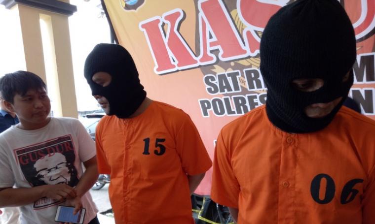 Para pelaku perampokan saat dimintai keterangan oleh wartawan dalam press release di Polres Serang, Selasa (8/11/2016). (Foto: TitikNOL)