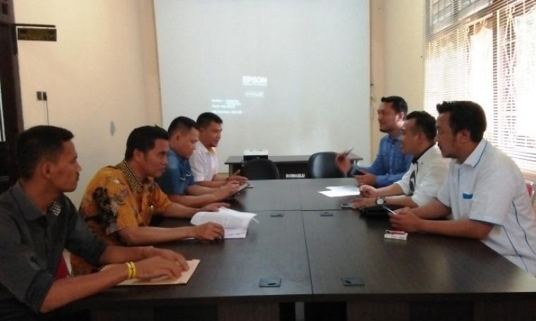 Timm kuasa hukum WH - Andika saat melapor ke Bawaslu Banten. (Foto: TitikNOL)
