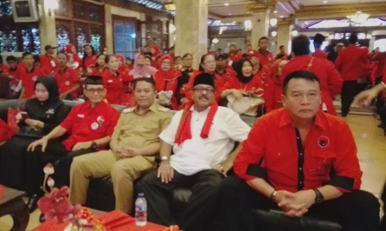 Wali Kota Cilegon Iman Ariyadi dan Calon Gubernur Banten Rano Karno duduk bersama di acara Rakercabsus PDI Perjuangan di Kota Cilegon. (Foto: TitikNOL)