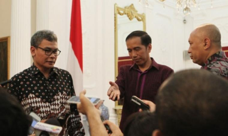 Staf Khusus Kepresidenan bidang Komunikasi Johan Budi Sapto Prabowo bersama Presiden Jokowidodo saat memberikan keterangan kepada Wartawan. (Dok: Nasional)