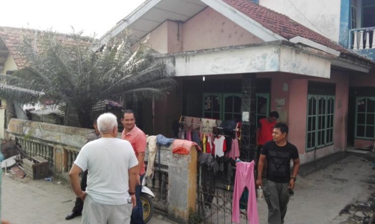 Warga terlihat berkumpul pasca polisi melakukan penggerebakan disebuah rumah di lingkungan Telu, Kelurahan Jombang Wetan, Kecamatan Jombang, Cilegon. (Foto: TitikNOL)