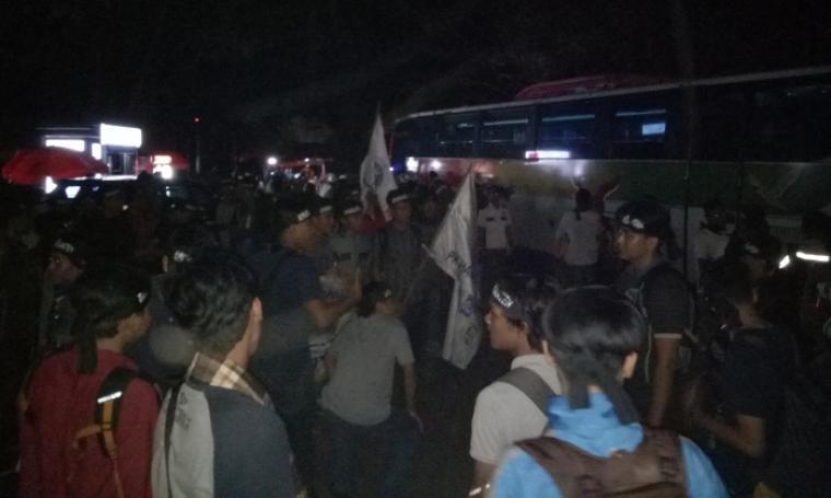 Sejumlah massa yang tergabung Aliansi Muslim tengah berkumpul di Stadion Maulana Yusuf, Kota Serang, Banten tengah bersiap untuk berangkat menuju Istana Negara. (Foto: TitikNOL)