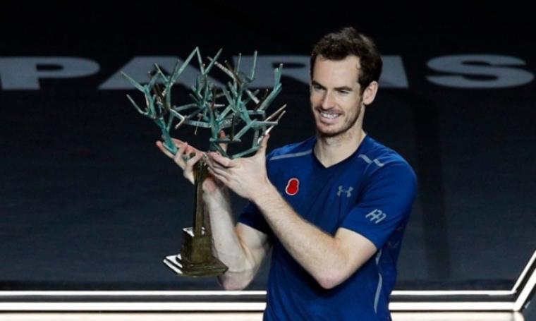 Andy Murray angkat trofi Paris Masters 2016 usai kalahkan John Isner di final. (Dok: ctvnews)