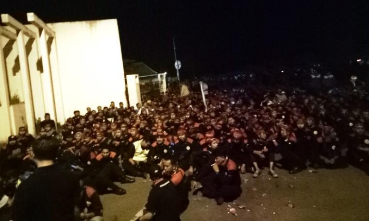 Ratusan buruh yang berunjuk rasa tengah menunggu untuk ditemui Plt Gubernur Banten Nata Irawan di Lokasi KP3B, Curug, Kota Serang, Kamis (17/11/2016). (Foto: TitikNOL)