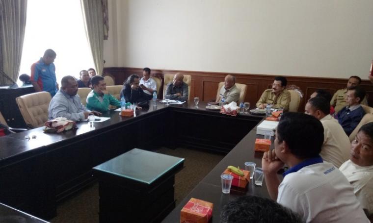 Suasana pertemuan pihak buruh dengan para pejabat Pemprov Banten, di ruangan transit Pendopo Gubernur Banten, Senin (28/11/2016). (Foto: TitikNOL)